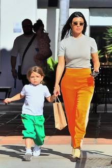 38 Jahre später ist Kourtney Kardashian schon selbst Mutter dreier Kinder: Mason, Penelope und hier Reign. Und die hatte der Reality-TV-Star an ihrem 40. Geburtstag alle sicher um sich versammelt, um ordentlich zu feiern.