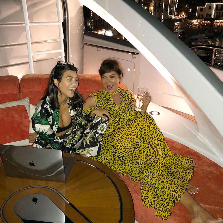 18. April 2019  Und auch dieses tolle Mutter-Tochter-Bild von einer Jacht-Party teilt Kris Jenner mit ihren Instagram-Followern, um ihrer Ältesten zu gratulieren.