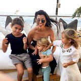 18. April 2019  Happy Birthday, Kourtney! Mama Kris Jenner kann kaum glauben, dass ihre Erstgeborene schon den 40. Geburtstag feiert. Zum Gratulieren teilt sie diesen tollen Familien-Schnappschuss ihrer Tochter und den drei Enkeln Mason, Reign und Penelope. Das Foto ist allerdings schon älter, die Kids sind mittlerweile um einiges gewachsen.