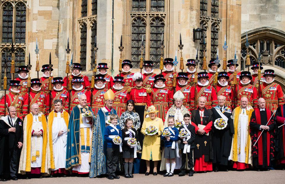 """18. April 2019  Zusammen mit ihrer Großmutter Queen Elizabeth nimmt Prinzessin Eugenie am """"Royal Maundy""""-Gottesdienst in derSt. George's Chapel auf Schloss Windsor teil. Traditionell verteilt die Königin dabei Geschenke, das sogenannte """"Maundy Money"""", jedes Jahr in einer anderen Kirche. Normalerweise hatte sie immer Prinz Philip dabei, jetzt nutzt Elizabeth den Tag für einen ihrer seltenen Auftritte mit Prinzessin Eugenie."""