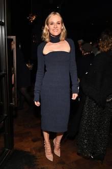In beigefarbenen High Heels aus Wildleder setzt Diane Kruger gekonnt ein modisches Highlight und beweist, wie man ein Wollkleid sexy in Szene setzt.