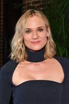 Hauptsache, der Hals wird gewärmt! Dieser Devise scheint Diane Kruger zu folgen und erscheint zu einen New Yorker Event in einem dunkelblauen Wollkleid, das ihr Dekolleté wunderschön in Szene setzt. Und noch etwas an ihrem Look wird zum Hingucker ...