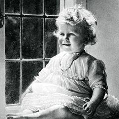 1927  Mit einem Jahr bezauberte die kleine Lizzie schon mit sonnigem Gemüt.