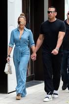 Blau ist bekanntlich die Farbe der Treue – ob Jennifer Lopez mit ihrem Look ein Statement setzen möchte? Nach den Fremdgehgerüchten um ihren Verlobten, Alex Rodriguez, zeigen sich die beiden betont liebevoll miteinander. In Miami erwischen Paparazzi sie Händchen haltend. Zu ihrem Jeans-Jumpsuit kombiniert die 49-Jährige beigefarbene Wedges und ihre Lieblingstasche: eine Hermès Bag.