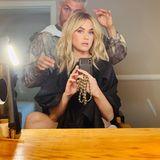 """""""Wie heißt du, Baby?"""", kommentiert Katy Perry dieses Foto auf Instagram und kassiert dafür schnell rund 2,5 Millionen Likes. Die Sängerin hat sich von ihrem kurzes Pixie Cut verabschiedet und trägt jetzt eine frisch blondierte, schulterlange Wallemähne. Offenbar lässt Katy hier mit Extensions nachhelfen – macht aber nichts, sieht trotzdem super aus!"""