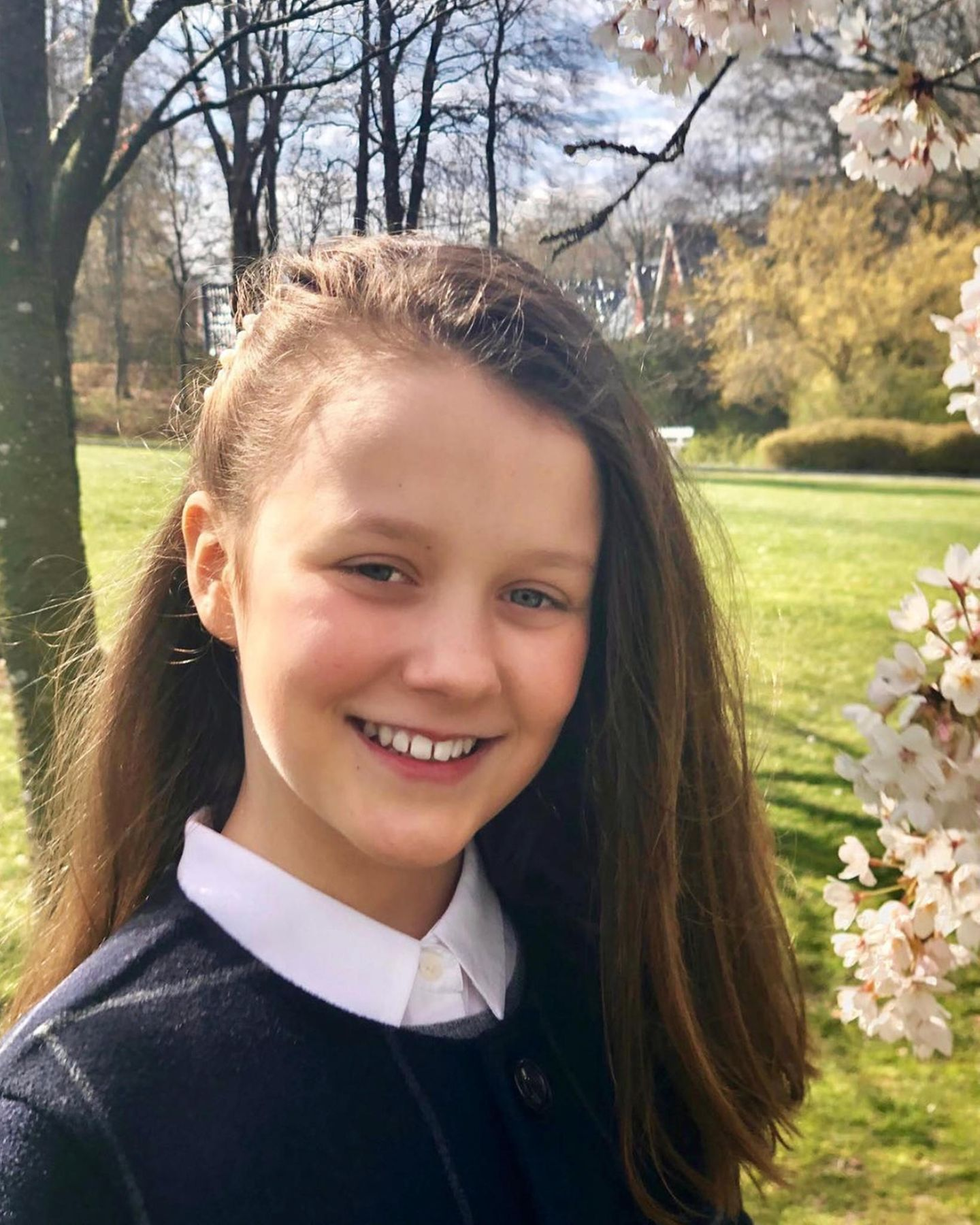 21. April 2019  Tillykke, Isabella! Mit diesem schönen Frühlingsporträt gratuliert Kronprinzessin Mary ihrer bezaubernden Tochter zum Geburtstag. Die Prinzessin wird heute 12 Jahre alt.