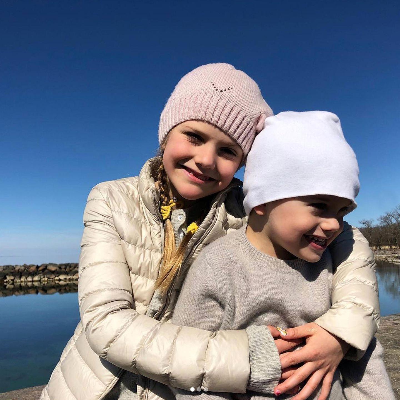 """21. April 2019  Zuckersüße Ostergrüße aus Schweden! Prinzessin Victoria hat beim Sonntagsspaziergang mit schönstem Sonnenschein diese tollen Bilder von Estelle und Oscar geschossen. Und damit wünscht das Könighaus """"Glad påsk!"""". Wir wünschen auch frohe Ostern!"""