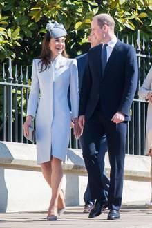 Gut gelaunt kommen Herzogin Kate und Prinz William zum Gottesdienst am Ostersonntag. Die 37-Jährige trägt einen eng anliegenden Mantel von Alexander McQueen, den sie bereits im Jahr 2014 ausführt. Dazu kombiniert sie einen Hut von Jane Taylor und ihre Hochzeitsohrringe.