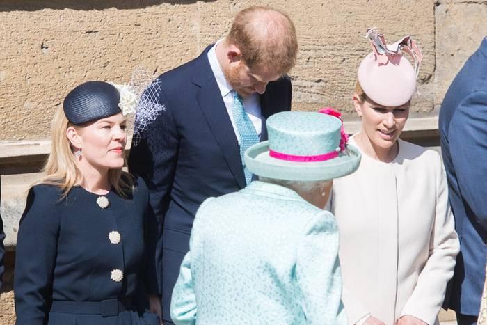 Autumn Philips, Prinz Harry, Zara Tindall knicksen vor der Queen (v.l.n.r.)