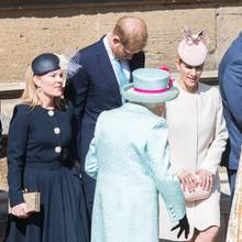 Autumn Philips, Prinz Harry, Zara Tindall knicksen vor der Queen (v.l.n.r.)