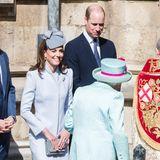 Einen Knicks und ein strahlendes Lächeln bekommt die Queen von Herzogin Kate zum Geburtstag.