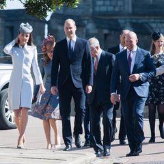 Da sind sie! bei schönsten Sonnenschein machen sich Catherine, William, Harry, Beatrice und Co. auf den Weg in die Kapelle.