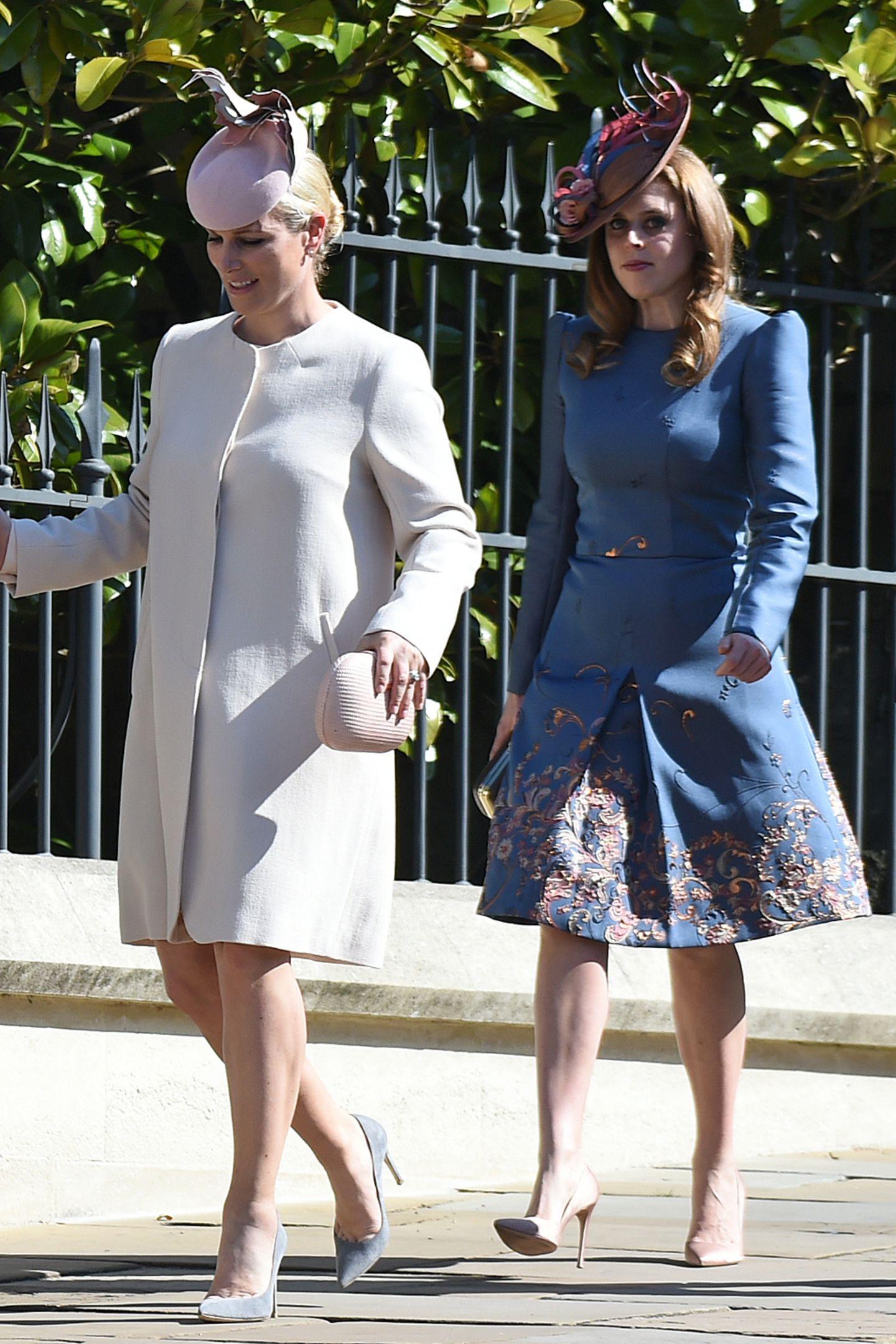 Gemeinsam mit der Queen besuchen Zara Tindall und Prinzessin Beatrice den Gottesdienst am Ostersonntag. Ein Anlass, zu dem sich die beiden in ihreschönsten Frühlings-Looks werfen. Prinzessin Beatrice hüllt sich in ein blaues Dress mit einem ausgestelltenRock in einem schönen Blau mit floralem Muster ...