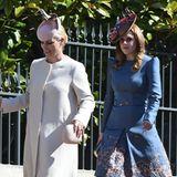 Direkt dahinter kommt Prinzessin Beatrice, die im blauen Blumen-Look bezaubert.