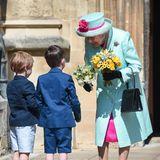 Vor der Kapelle warten noch zwei kleine Gratulanten auf das königliche Geburtstagskind.