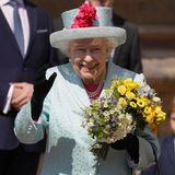 Auch den Gästen vor der St. George's Chapel in Windsor wird von der Königin freundlich zugewunken.
