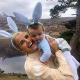 Familie Matthew-Williams, mit Mama Vogue und Sohnemann Theodore im ohrigen Partnerlook, schickt ebenfalls fröhliche Ostergrüße.