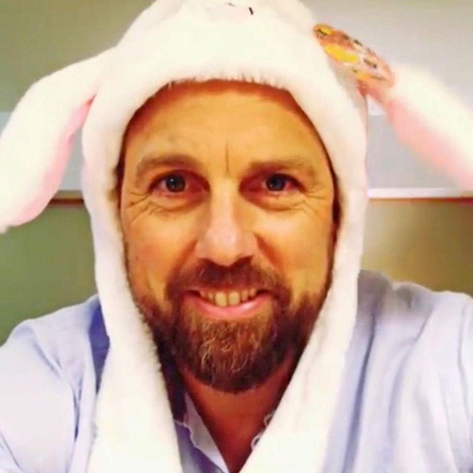 Steven Gätjen hat sich bewegliche Osterhasenohren besorgt und zeigt sie seinen Fans gleich in einem Video.