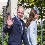 Prinz William winkt den Zaungästen an der Kapelle zum Abschied noch höflich zu.