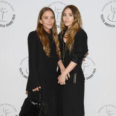 Fünf Monate nach ihrem letzten Auftritt in der Öffentlichkeit, zeigen sich Mary-Kate und Ashley Olsen Mitte April 2019 auf dem roten Teppich. In der Zwischenzeit haben sie ihren Granny-Style aber längst nicht vergessen. Noch immer kleiden sie sich in dem Stil - schwarzes Kittelkleid und Schlappen inklusive.