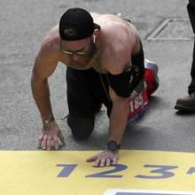 Micah Herndon kämpft sich auf allen Vieren über die Ziellinie des Boston Marathons