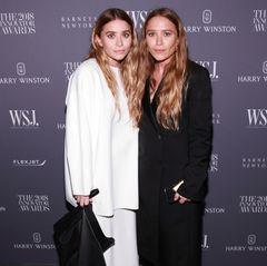 Im November 2018 zeigen Ashley und Mary-Kate Olsen mehr Farbe als jemals zuvor. Naja, oder sagen wir, dass sie nicht komplett in Schwarz bei dem Event erscheinen. Vor allemMary-Kates rote Stiefel machen stutzig.