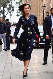 Zu der traditionellen Ostermesse in Palma kommt Königin Letizia in einem frühlingshaftem Blusenkleid. Locker leicht fällt es an ihrem Körper herunter und schmiegt sich durch einen Gürtel wunderbar an ihre Taille an.