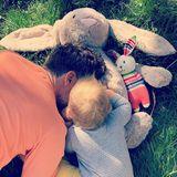 22. April 2019  Mama Annemarie ist nach kurzer Reise wieder da, und kann von ihren beiden kuschelnden Osterhasen dieses süße Feiertagsbild für ihre Fan-Gemeinde auf Instagram einfangen.