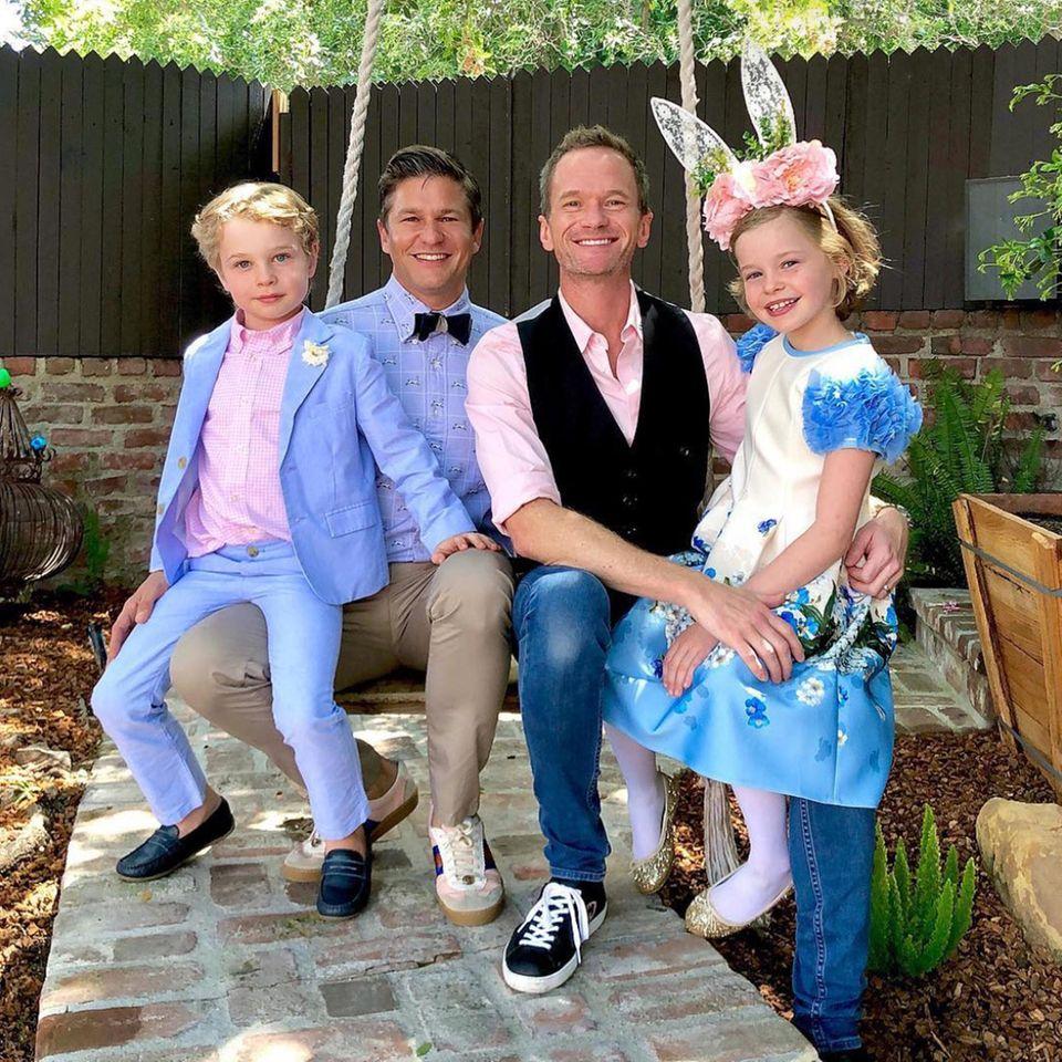 """""""Happy easter!"""" Einen besonders familiären Ostergruß schicken und Neil Patrick Harris, David Burtka und ihre bezaubernden Osterhäschen Harper und Gideon."""