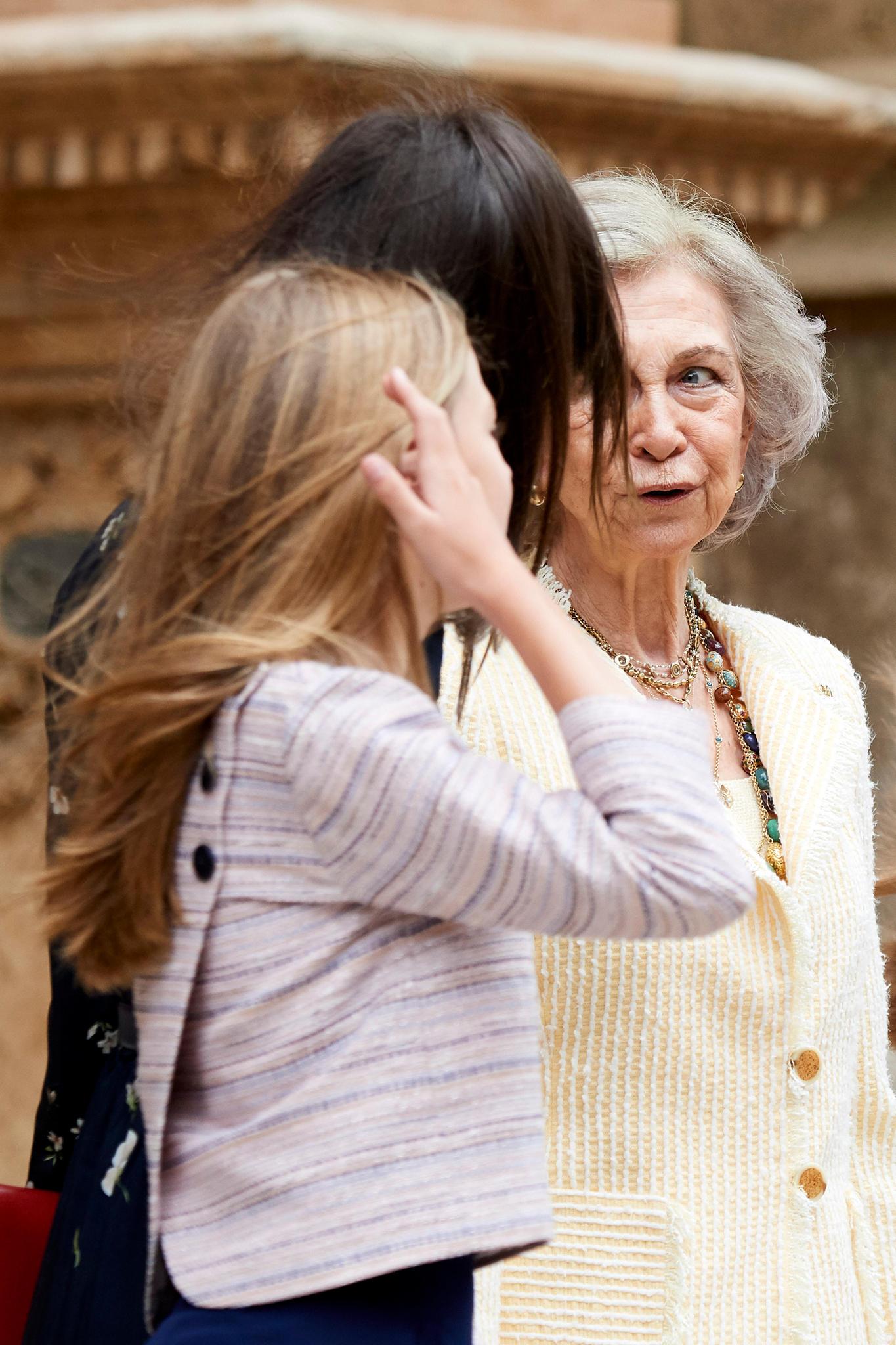 Als ihr Haar zur Seite weht, zeigt sich die Raffinesse an Sofias Oberteil.