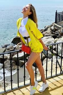 Sonnige Ostergrüße sendet Victoria Swarovski aus Marbella. Da passt auch ihr gelber Look bestens zu, der aus passender Shorts und Strickjäckchen besteht. Jetzt muss nur noch ihr Hündchen die Anziehungskraft des sonnengelben Outfits verspüren und schon kann es weiter gehen.