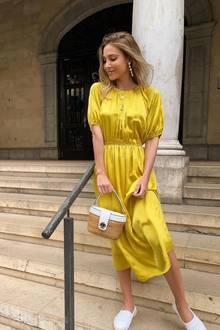 Was passt perfekt zu bestem Wetter? Genau, ein sonnengelbes Sommerkleid. Das weiß auch Ann-Kathrin Götze und greift zu einem wundervollen Look von Kate Spade.