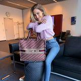 Auf Reisen liebt es Ann-Kathrin Götze bequem. Strickpullover und Jeans - mehr braucht sie nicht, um glücklich zu sein. Wobei doch, eins benötigt sie noch: Eine große Designerbag, in der sie alle Travel-Pieces unterbringen kann.