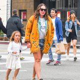 Sonnenbrille auf, weiter Cardigan an und rein in die Schlappen - so zieht es Tamara Ecclestone in Los Angeles auf die Straße. Doch der gemütliche Look täuscht. Allein ihre Schuhe kosten über 800 Euro. Sie stammen von Gucci.