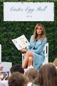 Als die First Lady dann auf der Bühne Platz nimmt, wirkt ihr auf den ersten Blick perfekter Look, nicht mehr so perfekt. Denn unter ihrem sündhaftteuren Wildlederkleid zeichnet sich ein Stück hautfarbener Stoff ab.