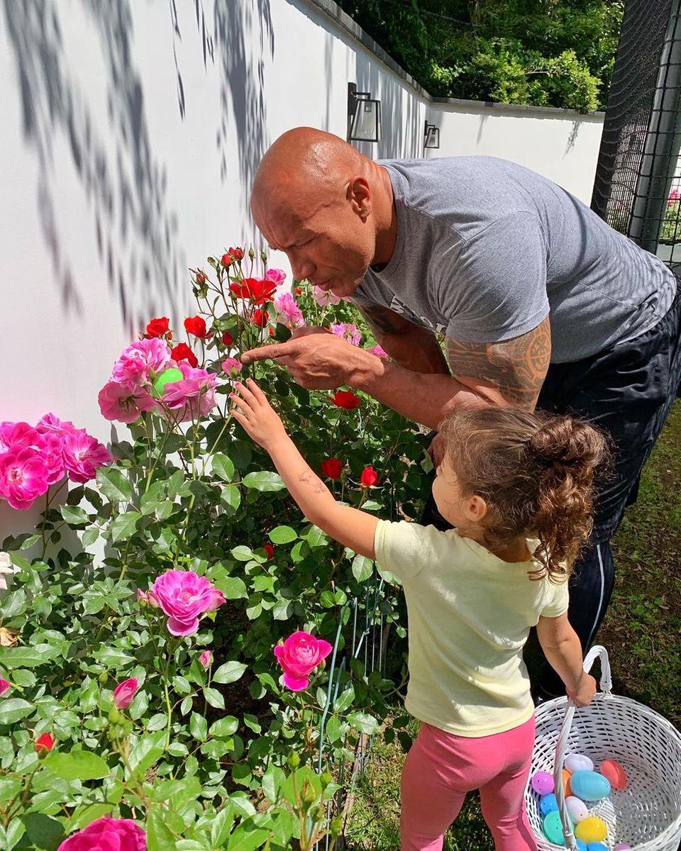 """Dwayne """"The Rock"""" Johnson ist seiner Tochter bei der Eiersuche noch etwas behilflich."""