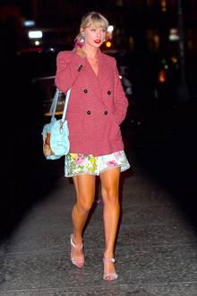 Flower Power in New York! Mit ihrem Look läutet Taylor Swift den Frühling ein: Ihr kurzes Blumendress des australischen Labels Zimmermannund ihre pinkfarbenen Riemchen-Sandalen setzen die schönen Beine der 29-Jährigen perfekt in Szene. Zu dem floralen Kleid kombiniert die Sängerin einen Oversized-Blazer von Mango mit Hahnentrittmuster und funkelnde Blumen-Ohrringe. Ein Accessoire verwundert jedoch jede Fashionista ...