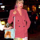 Zu ihrem Frühlingslook kombiniert Taylor Swift eine Shoulderbag von Designerin Anya Hindmarch. Die hellblaue Tasche hat einen besonderen Aufdruck: ein Kätzchen! Für rund 695 Euro ist das It-Piece zu haben und scheint die übrigen Abendtaschen von Taylor an diesem Tag in den Schatten zu stellen.