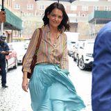 Schauspielerin Katie Holmes trotz dem Regen und bringt mit ihrem farbenfrohen FrühlingslookSonne auf die Straßen New Yorks. Vor allem ihr seidiger Rock fällt uns dabei ins Auge.