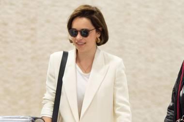 """""""Game of Thrones""""-Liebling Emilia Clarke reist nicht nurviel, sondern auch stilsicher. Ihr bequemer Look aus Skinny Jeans, Ballerinas, schlichtem Shirt und Business Blazer passt perfekt in die Kategorie """"Jetset Chic""""."""