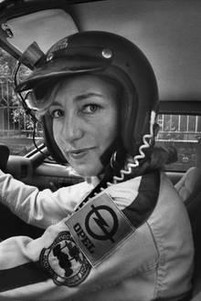 """21. April 2019: Heidi Hetzer (81 Jahre)  Die Berliner Rallyefahrerin und Weltenbummlerin Heidi Hetzer ist tot. Sie sei über die Ostertage gestorben, teilten ihr Sohn und ihre Tochter der Deutschen Presse-Agentur mit: """"Heidi Hetzer ist über die Ostertage verstorben. Sie war zuhause in ihrer Wohnung in Berlin als es geschah. Die genaue Todesursache ist noch nicht bekannt, aber es deutet alles darauf hin, dass es Altersschwäche (Herzinfarkt, Schlaganfall, o.ä) war, oder ein Unfall""""."""