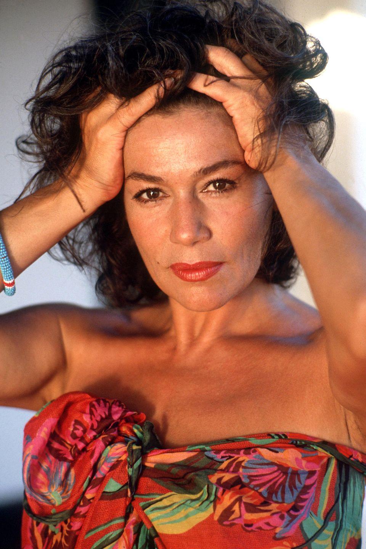 Hannelore Elsner ist von 1964 bis 1966 mit dem Schauspieler Gerd Vespermann verheiratet. Von 1973 bis 1981 ist sie mit dem Regisseur Alf Brustellin liiert. Ihre zweite Ehe geht sie 1993 mit dem Theaterdramaturgen Uwe B. Carstensen ein. Im Jahre 2000 lässt sich das Ehepaar scheiden.