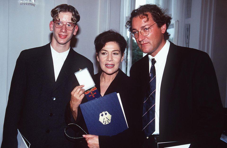 """Hohe Anerkennung: Im Jahre 1997 wird der Schauspielerin, die unter anderem zuletztneben Matthias Schweighöfer und Florian David Fitz für """"100 Dinge"""" vor der Kamera stand, der Verdienstorden der Bundesrepublik Deutschland verliehen. Im Jahr 2006 gewinnt sie den Bayerischen Fernsehpreis für ihr Lebenswerk."""
