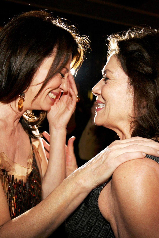 """Hannelore Elsner und Iris Berben stehen bereits im Jahr 1998 für den Film """"Andrea und Marie"""" vor der Kamera. Im Jahr 2006 besuchen die beiden Schauspielerinnen die Premiere vom Film """"Elementary Particles"""" in Berlin."""