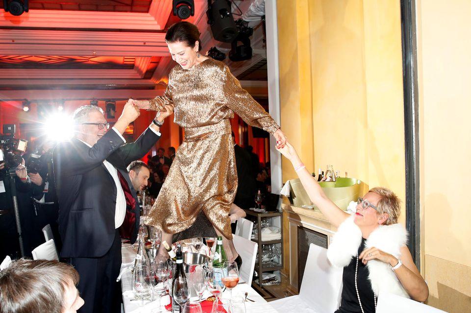 Die Filmbranche muss von nun an auf einen ganz besonderen Gast auf Filmfesten verzichten.Beim deutschen Filmball 2018 steigt die Autorin auf den Tisch, um an ihren Platz zu kommen.