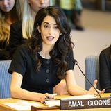 """In der Debatte erläutert die britisch-libanesische Juristinihre Ansicht zum Thema Sexuelle Gewalt. Seit Jahren setzt sie sich für dasinternationaleMenschenrecht ein und macht sich besonders für Frauen stark.Die von der Terrormiliz Islamischer Staat verübten Verbrechen gegen Frauen und Mädchen seien """"mit nichts vergleichbar, was wir in der Neuzeit erlebt haben"""", sagte Clooney bei dem offiziellen Termin. Für uns ist diese Power-Frau in jeder Hinsicht bewundernswert!"""