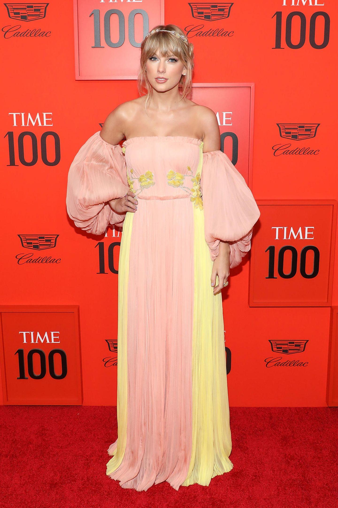 Musikerin Taylor Swift bleibt ihrem romantisch-femininen Stil treu und begeistert in einem Pastellkleid von J. Mendel auf dem roten Teppich.