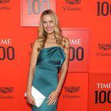 Supermodel Petra Nemcova strahlt in einem grünen Seidenkleid, das ihren beneidenswerten Körper betont.
