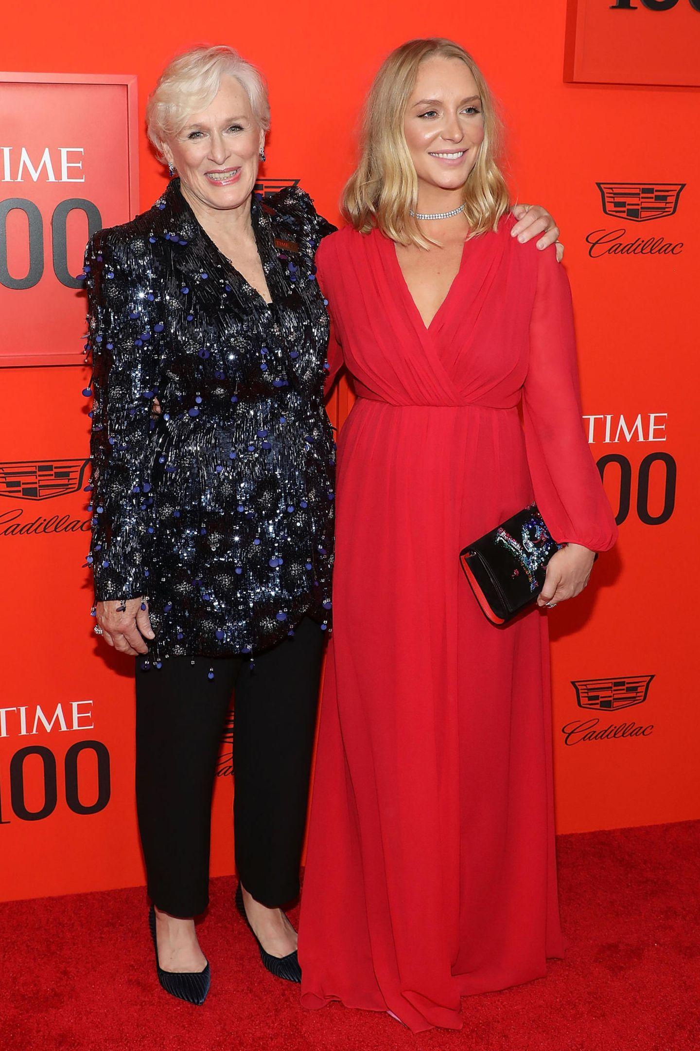Zwei Frauen, ein Stil-Gen: Glenn Close und ihre schöne Tochter Annie Starke posieren gemeinsam für die Fotografen. Ihre Outfits sind zwar grundverschieden, harmonieren aber wunderbar miteinander.