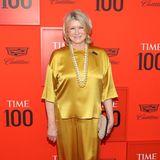 """Unternehmerin Martha Stewart hält sich an die eiserne Faustformel """"Gold + Glanz = Glamour"""" und trägt zum Metallic-Ensemble neutrale Accessoires und zwei große Perlenketten."""